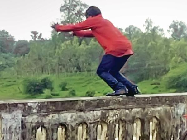 યુવક નદીમાં કૂદ્યો. - Divya Bhaskar