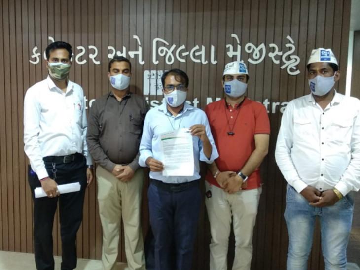 ગુજરાતની સરકારી તેમજ ગ્રાન્ટ-ઈન-એડ શાળાઓમાં ઘટતાં પાઠ્યપુસ્તકો વહેલી તકે ઉપલબ્ધ કરાવવા બાબતે 'આપ' દ્વારા સુરત જિલ્લા કલેકટરને આવેદનપત્ર|સુરત,Surat - Divya Bhaskar