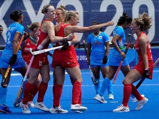 મહિલા હોકીમાં ભારતને હરાવ્યા બાદ જશ્ન માનવતી બ્રિટનની ખેલાડીઓ.