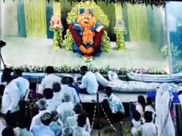 હરિપ્રસાદ સ્વામીજીના નશ્વર દેહનાં અંતિમ દર્શન.
