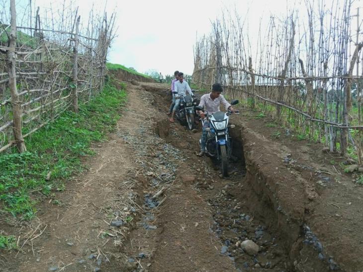 કુકરદા ગામે બનેલ માટી મેટલના રસ્તા ધોવાઈ ગયા છે જે તસવીરમાં જણાય છે. - Divya Bhaskar
