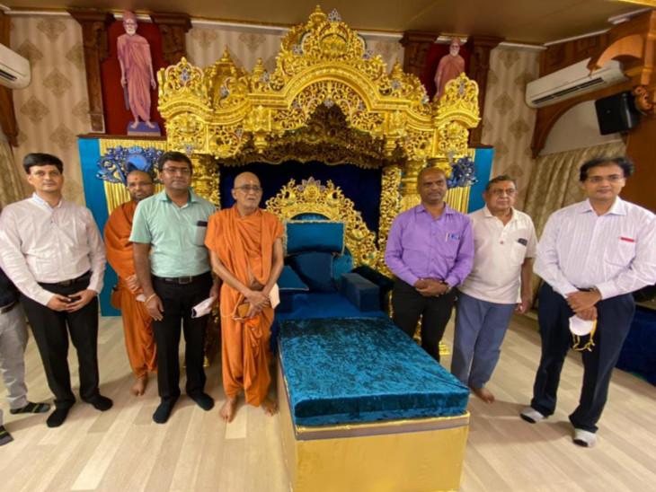 સુરતના ડો. વિનેશ શાહ અને ડો. ગૌરાંવ પટેલ સહિતની એક ટીમે સ્વામીના નશ્વરદેહની જાળવણી કરી.