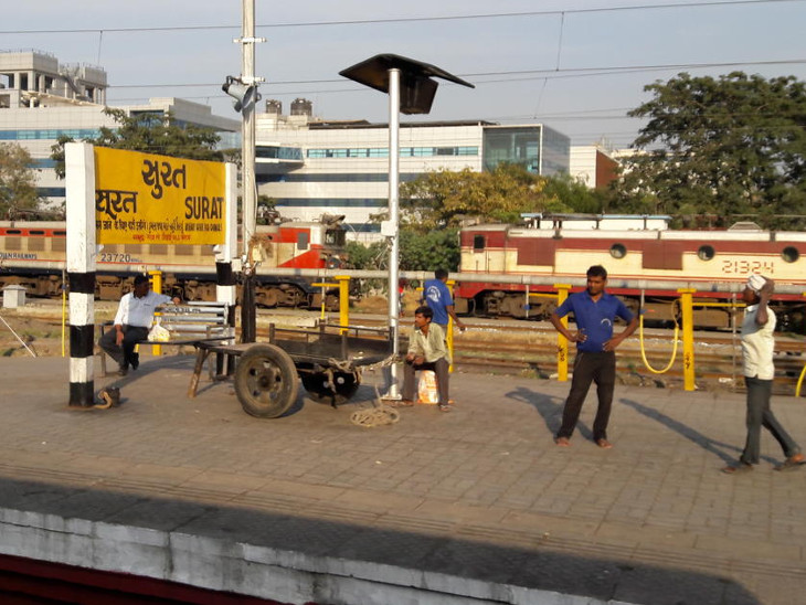 સુરત રેલવે સ્ટેશન પર પ્લેટફોર્મ ટિકિટનો દર 50 રૂપિયા કરાતા ચેમ્બર ઓફ કોમર્સની ભાવ ઘટાડવા રજૂઆત સુરત,Surat - Divya Bhaskar