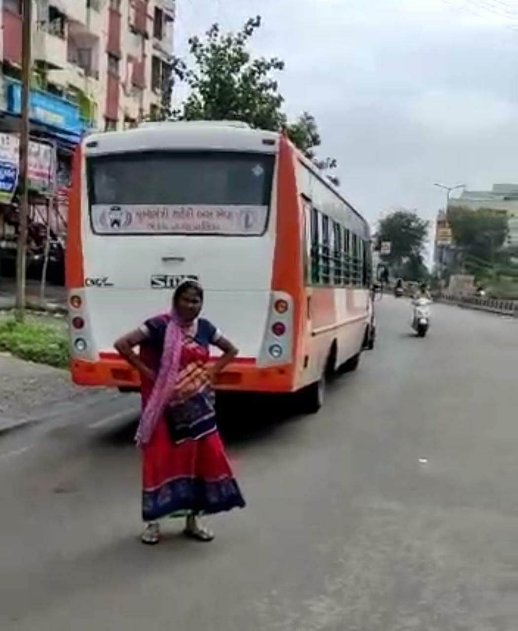 સિટી બસના વિરોધમાં ભરૂચ રિક્ષા એસો.ની આજથી હડતાળ, બસને અટકાવી રિક્ષા ચાલકોએ મુસાફરોને નીચે ઉતાર્યા ભરૂચ,Bharuch - Divya Bhaskar