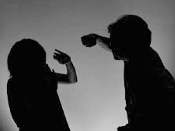 રાજકોટમાં નિષ્ઠુર પતિએ સગર્ભાના પેટ પર પાટુ મારી કહ્યું- મારે બીજું બાળક નથી જોઇતું, ફરિયાદ દાખલ રાજકોટ,Rajkot - Divya Bhaskar