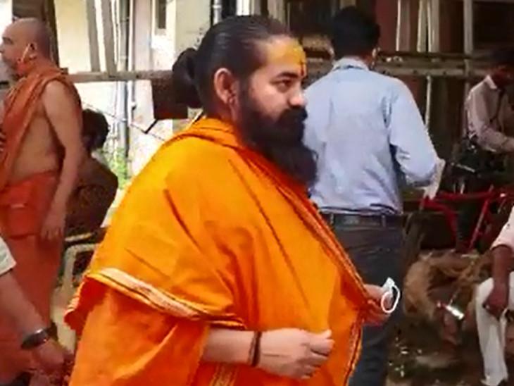 જુનાગઢના ઋષિ ભારતી બાપુએ હરિપ્રસાદ સ્વામીજીના નશ્વર દેહના અંતિમ દર્શન કર્યાં હતા