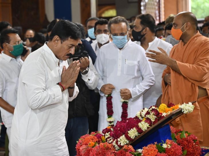 કોંગ્રેસના વરિષ્ઠ નેતાઓએ સ્વામીજીના અંતિમ દર્શન કરીને શ્રદ્ધાંજલિ પાઠવી હતી
