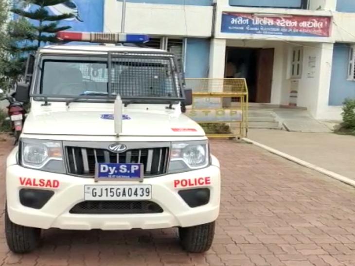 વલસાડના નારગોલ મરીન પોલીસ સ્ટેશનના બાથરૂમમાં આરોપીએ પેન્ટ વડે ગળેફાંસો ખાઈ આત્મહત્યા કરી વલસાડ,Valsad - Divya Bhaskar