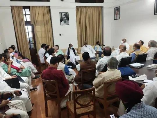 રાજ્યસભાના વિપક્ષના નેતા મલ્લિકાર્જુન ખડગેના રૂમમાં મળેલી વિપક્ષની બેઠકમાં TMC, BSP અને SPના નેતાઓ પણ સામેલ રહ્યા હતા. - Divya Bhaskar