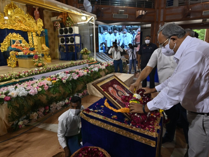 રાજ્યના ઉર્જા મંત્રી સૌરભ પટેલ સ્વામીજીના અંતિમ દર્શન માટે પહોંચ્યા હતા