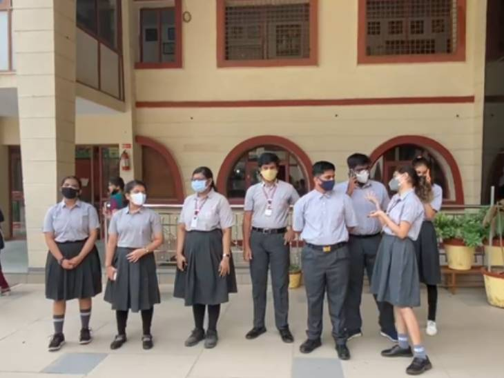 સ્કૂલમાં પરિણામ લેવા માટે આવેલા વિદ્યાર્થીઓ - Divya Bhaskar