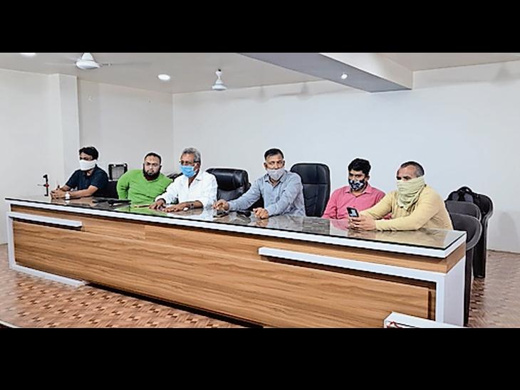 મોરબીમાં ટ્રક હડતાળ લંબાવાની સંભાવના, ટ્રાન્સપોર્ટર્સ અને મોરબીના સિરામિક ઉદ્યોગકારો વચ્ચેની બેઠક અનિર્ણિત રહેતાં ટ્રકના પૈડાંને હજુ પણ સજ્જડ બ્રેક મોરબી,Morbi - Divya Bhaskar