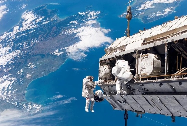 ઇન્ટરનેશનલ સ્પેસ સ્ટેશન (ISS) માં હાલમાં 7 ક્રૂ સભ્યો છે.