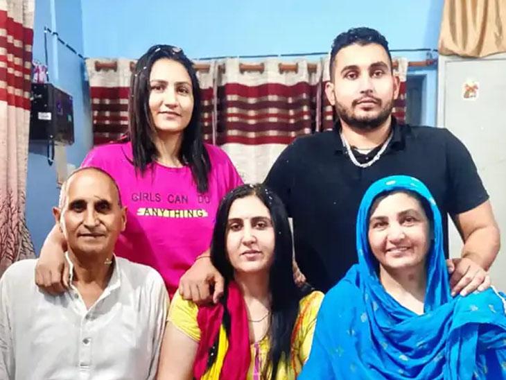 બોક્સર પૂજા રાની તેના પરિવાર સાથે -ફાઇલ ફોટો - Divya Bhaskar