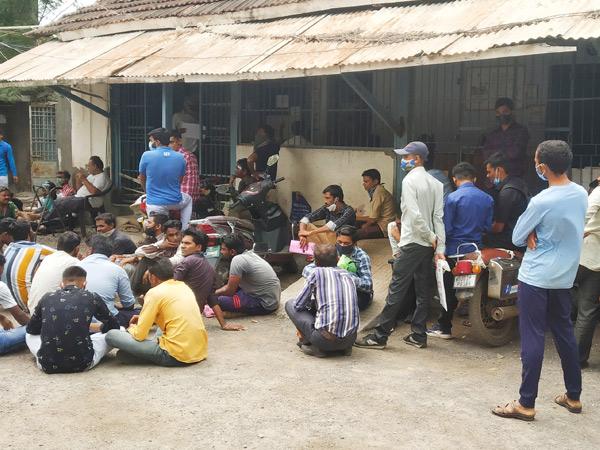 જસદણ પાલિકામાં બીજા દિવસે પણ સફાઈ કામદારો ટોળે વળ્યા જસદણ,Jasdan - Divya Bhaskar
