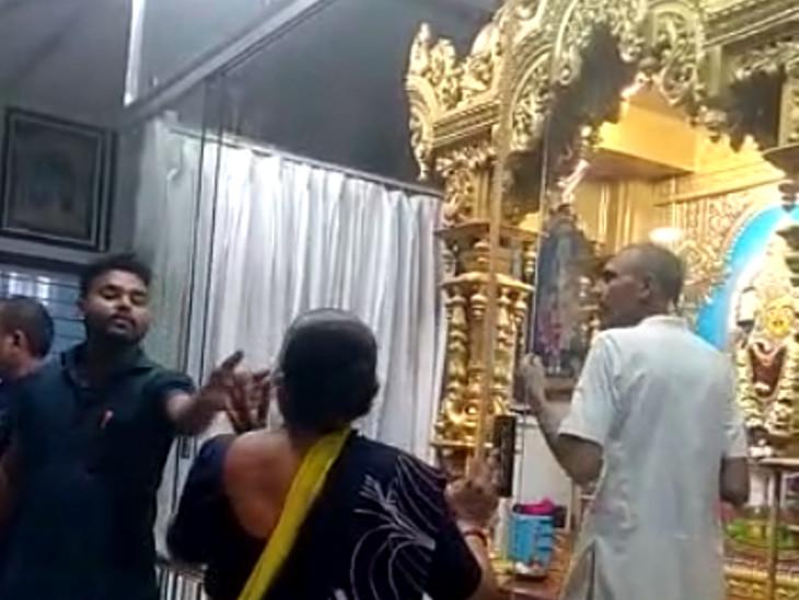 સુરતના પુણાના સ્વામિનારાયણ મંદિરમાં વર્ચસ્વની લડાઈ, રાકેશપ્રસાદ ટ્રસ્ટના હસ્તકમાં મંદિર લેવાની વાતે હરિભક્તોમાં રોષ, પોલીસ બોલાવાઈ સુરત,Surat - Divya Bhaskar
