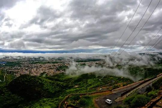 ફોટો રાજસ્થાનના અજમેર શહેરનો છે, વરસાદને કારણે અહીં હરિયાળી છવાઈ ગઈ છે.
