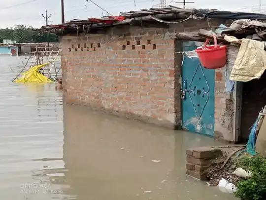 ઉત્તરપ્રદેશના કાનપુરમાં પાણી ભરાયા બાદ લોકો તેમના ઘરને તાળા મારીને બહાર નીકળી ગયા હતા.