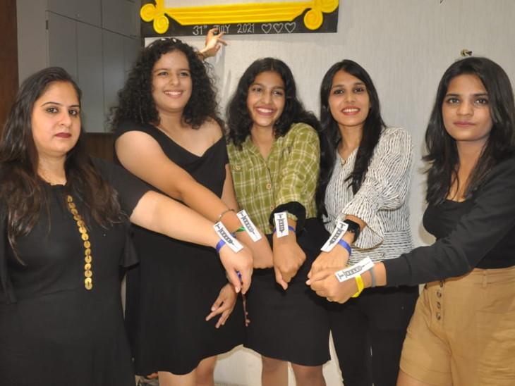 સુરતમાં વિદ્યાર્થીઓએ રસીકરણમાં જાગૃતિ આવે તે માટે વેક્સિન બેલ્ટ બાંધીને ફ્રેન્ડશીપ ડેની ઉજવણી કરી|સુરત,Surat - Divya Bhaskar