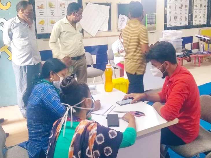 શહેરમાં 40 સગર્ભા સહિત 37723 લોકોએ વેક્સિને લીધી, 400 વેક્સિનેશન સેન્ટર પર પ્રત્યેકને 200 ડોઝ ફાળવાય છે|અમદાવાદ,Ahmedabad - Divya Bhaskar