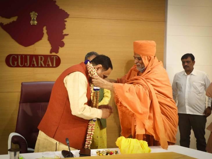 મુખ્યમંત્રી વિજય રૂપાણીના જન્મ દિવસે માધવપ્રિયદાસજી સ્વામી સહિત ભારતીય સંત સમિતિના સૌ સંતો આશિર્વાદ પાઠવ્યા અમદાવાદ,Ahmedabad - Divya Bhaskar