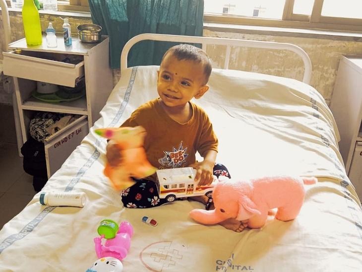 જીવને જોખમ હોવાથી મધ્યપ્રદેશની હોસ્પિટલોએ બાળકીનું ઓપરેશન કરવાનો ઈનકાર કરી દીધો.