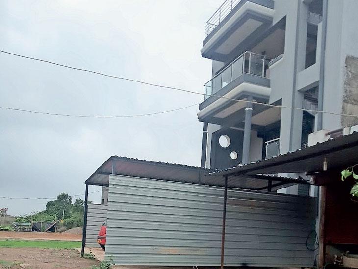 વેલ્દામાં રસ્તા અને કોમન પ્લોટીંગની જગ્યા પર દબાણ દૂર કરવા રજૂઆત, છતાં કાર્યવાહી નહીં|વ્યારા,Vyara - Divya Bhaskar