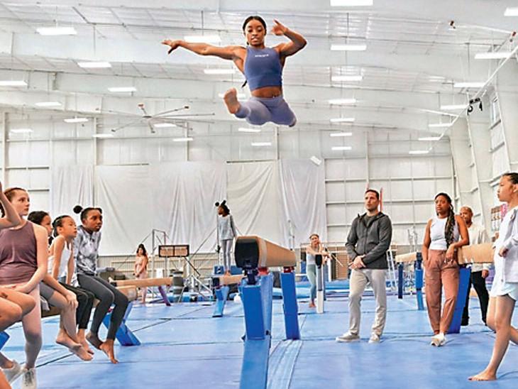 અમેરિકાની સિમોન બાઈલ્સે જ્યારે ટોક્યો ઓલિમ્પિકની જિમ્નાસ્ટ મેચમાંથી નામ પાછું ખેંચી લીધું ત્યારે નાની બ્રાન્ડ એથ્લીટાએ તેનું જાહેરમાં સમર્થન કર્યું હતું. - Divya Bhaskar