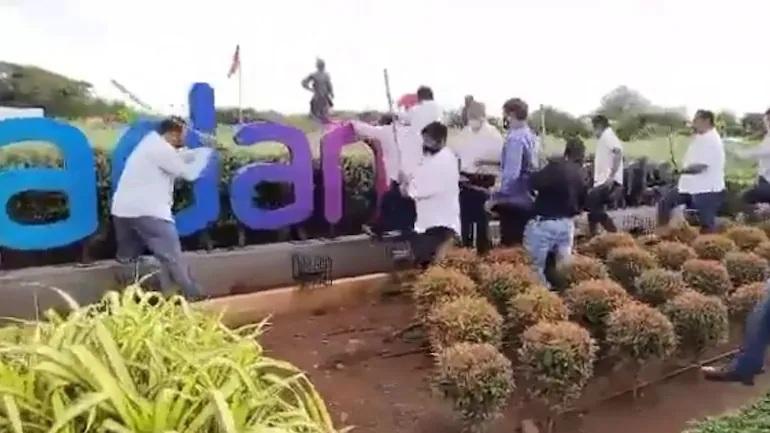 સોમવારે  મુંબઈ ઇન્ટરનેશનલ એરપોર્ટ પર શિવસેનાના કાર્યકરોએ તોડફોડ કરી હતી - Divya Bhaskar