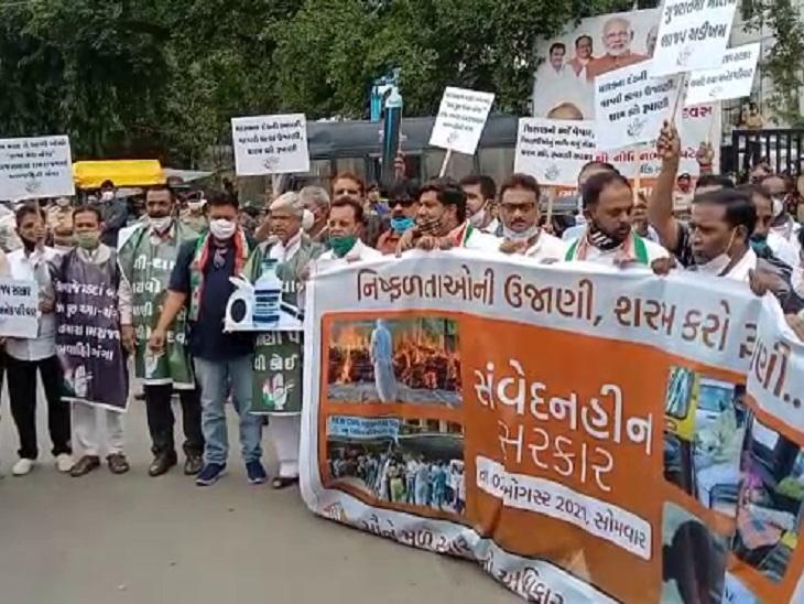 સરકારની ઉજવણી સામે સતત બીજા દિવસે રાજ્યભરમાં કોંગ્રેસનું પ્રદર્શન, રાજકોટમાં મોઢવાડિયા-વડોદરામાં 20 કાર્યકર્તાઓની અટકાયત|અમદાવાદ,Ahmedabad - Divya Bhaskar