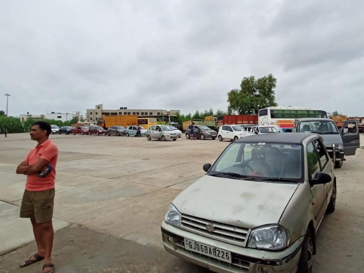 વડોદરા RTOમાં મોડે સુધી કર્મચારીઓ ટ્રાયલ લેવા માટે હાજર થયા ન હતા - Divya Bhaskar