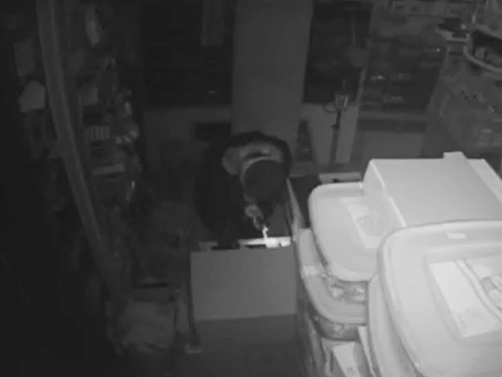 વડોદરામાં અલકાપુરી વિસ્તારમાં તસ્કરોએ પ્રોવિઝન સ્ટોરમાંથી 6 લાખ રૂપિયાની ચોરી કરી, એક તસ્કર CCTVમાં કેદ|વડોદરા,Vadodara - Divya Bhaskar