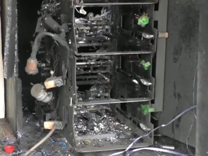 ATM મશીન પણ જ્વલનશીલ પદાર્શથી સળગાવી દીધું. - Divya Bhaskar