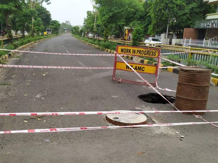 અમદાવાદમાં આંબાવાડી રોડ પર BRTS ટ્રેકમાં ભુવો પડ્યો,વસ્ત્રાલમાં પડેલા ખાડામાં AMCનું ટ્રેક્ટર ફસાયું|અમદાવાદ,Ahmedabad - Divya Bhaskar