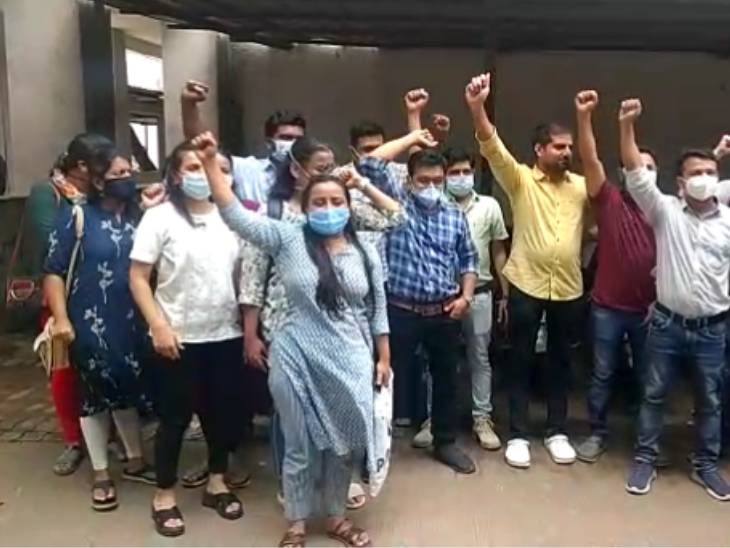 સરકાર દ્વારા બોન્ડમાં ફેરફાર કરવાના નિર્ણયને પગલે સુરતમાં નવી સિવિલના ડોક્ટરોની હડતાળ, અમદાવાદ સિવિલના ડોક્ટરોએ પણ ચીમકી ઉચ્ચારી અમદાવાદ,Ahmedabad - Divya Bhaskar