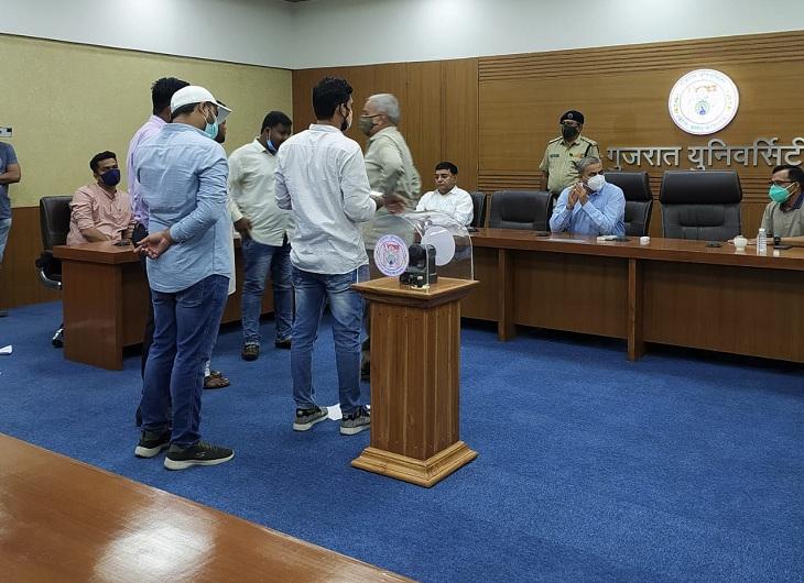 ગુજરાત યુનિ.માં પ્રવેશ પ્રક્રિયા માટેની બેઠક બોલાવી કુલપતિ જ ગેરહાજર રહ્યા, ભારે હોબાળા બાદ આખરે એડમિશન કમિટિની રચના|અમદાવાદ,Ahmedabad - Divya Bhaskar