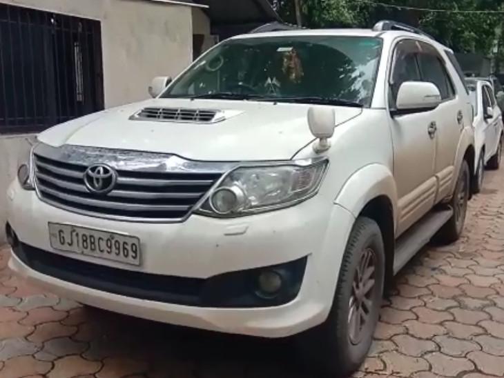 30 લાખની કારમાં દારૂની હેરાફેરી, સુરત પોલીસે બે લક્ઝુરિયસ કારમાંથી દારૂ ઝડપી પાડ્યો|સુરત,Surat - Divya Bhaskar