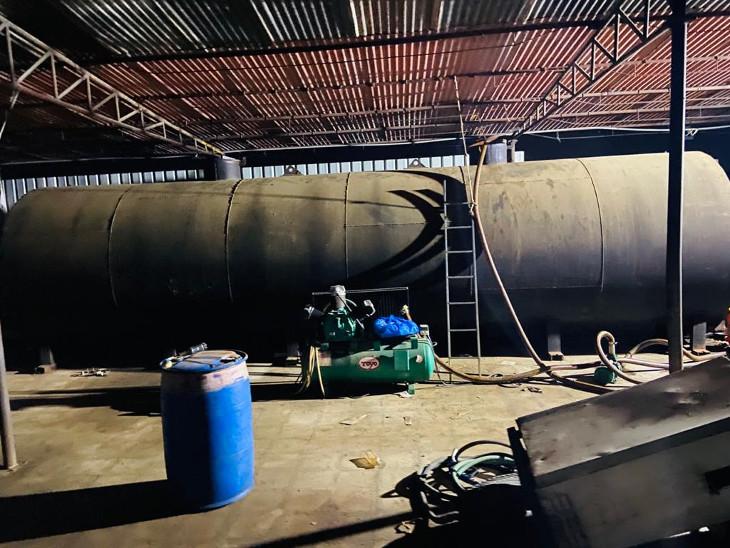 ધોરાજીમાં ગેરકાયદે બાયોડીઝલનો 21 હજાર લિટર જથ્થો પકડાયો, 4 શખ્સની ધરપકડ, જુદા-જુદા પ્રકારના પેટ્રોલિયમ પદાર્થ મગાવી ભેળસેળ કરતા|રાજકોટ,Rajkot - Divya Bhaskar