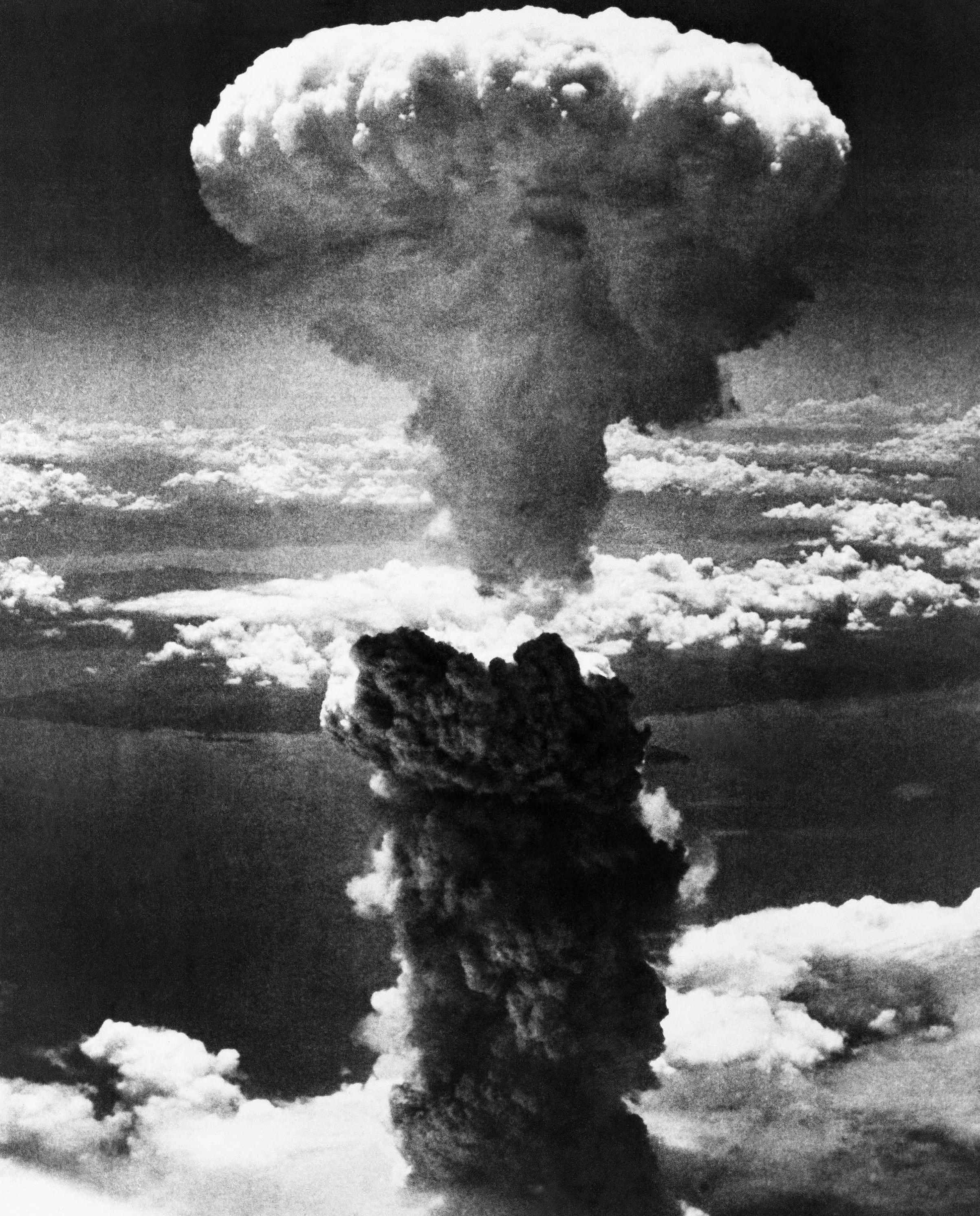 અમેરિકાએ 'ઈનેલો ગે' નામના વિમાનથી હિરોશિમા પર 'લિટલ બોય' નામનો પરમાણુ બોમ્બ ફેંક્યો હતો. એ બાદ 9 ઓગસ્ટે 'બી-29' નામના વિમાનથી જાપાનના નાગાસાકી શહેર પર 'ફેટ મેન' નામનો પ્લૂટોનિયમ બોમ્બ ફેંક્યો હતો. એ બાદ મશરૂમ જેવાં વાદળાં બની ગયાં હતાં.