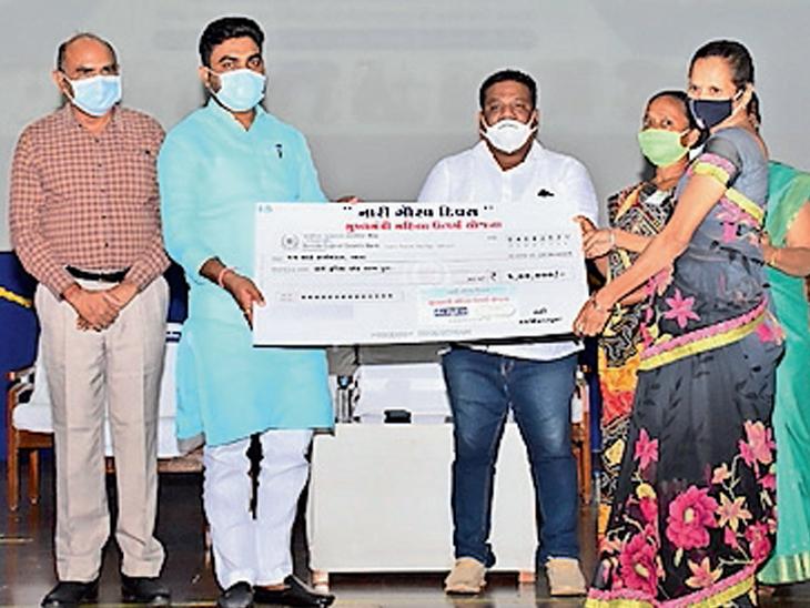 નારી ગૌરવ દિવસે 300 સખીમંડળોને 1 લાખની લોન સહાય|વ્યારા,Vyara - Divya Bhaskar