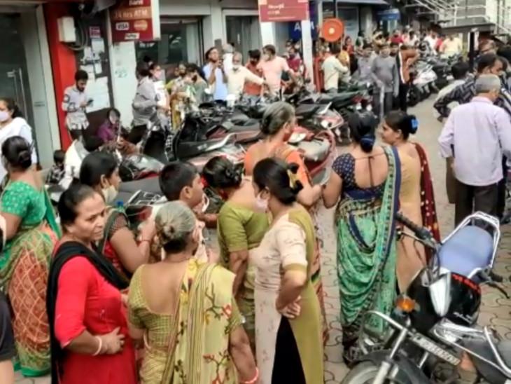 સુરતમાં મહાનગરપાલિકાએ તૈયાર કરેલા આવાસના ફોર્મ વિતરણની પ્રક્રિયા શરૂ, ફોર્મ લેવા બેંક બહાર લાગી લાંબી લાઈન|સુરત,Surat - Divya Bhaskar