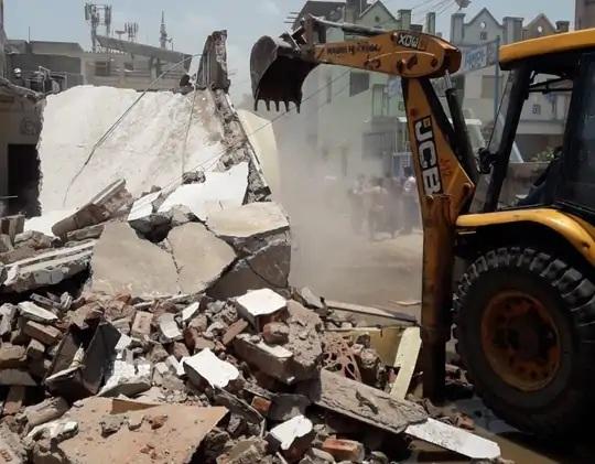 અમદાવાદમાં AMCની જમીન પચાવી પાડનારા કુખ્યાત કાલુ ગરદનની ગેરકાયદે બિલ્ડિંગ તોડી પડાઈ, લેન્ડ ગ્રેબિંગ એક્ટ હેઠળ ગુનો નોંધાયો|અમદાવાદ,Ahmedabad - Divya Bhaskar