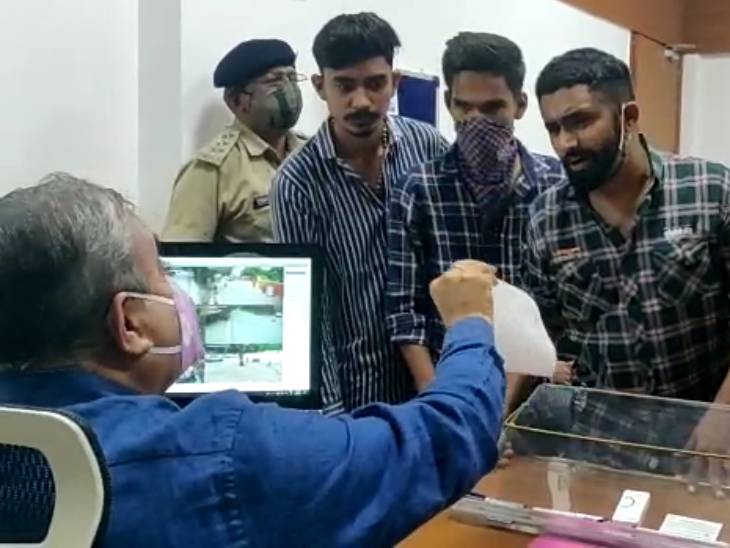 NSUIના કાર્યકરોએ ગુજરાત યુનિ.માં ભાજપના સભ્યોને લઈને બનાવેલી પ્રવેશ સમિતિ રદ કરી નવી સમિતિ બનાવવા માંગ કરી અમદાવાદ,Ahmedabad - Divya Bhaskar