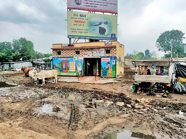 ઝરમર વરસાદમાં પણ શહેરમાં કાદવના કારણે ગંદકી વધી અને રસ્તાઓ ધોવાયા|અમદાવાદ,Ahmedabad - Divya Bhaskar