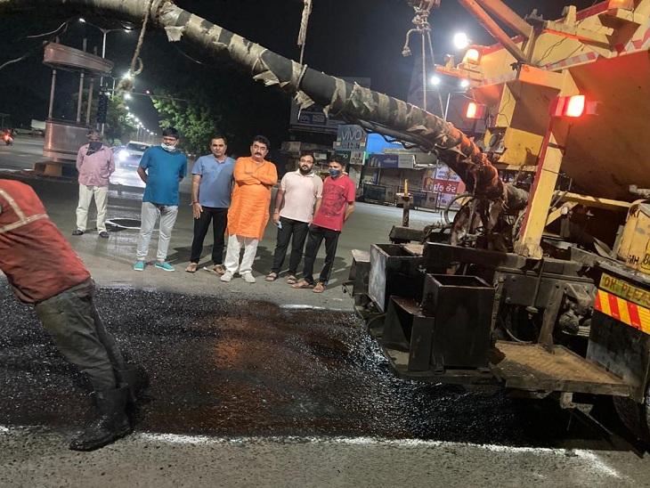 અમદાવાદમાં ખરાબ રોડ-રસ્તા પર લોકોના રોષના પગલે મ્યુનિ. કોર્પોરેશન એક્શનમાં, વરસાદ ખેંચાતા તાબડતોબ રીપેરિંગનું કામ શરૂ|અમદાવાદ,Ahmedabad - Divya Bhaskar