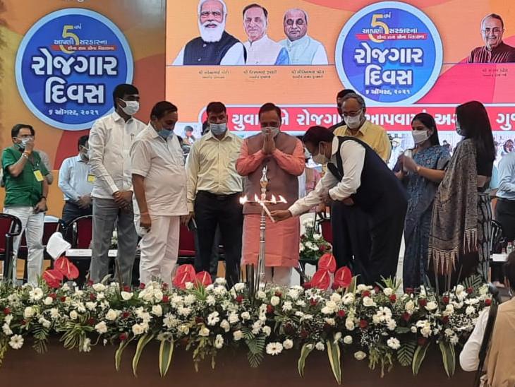 સુરતમાં CM રૂપાણીના કોંગ્રેસ પર આકરા પ્રહાર, કહ્યું- કોંગ્રેસના નેતાઓ યુવાનોની બેરોજગારીની ખોટી વાતો કરે છે પણ તેઓ પોતે બેરોજગાર થઈ ગયા છે સુરત,Surat - Divya Bhaskar