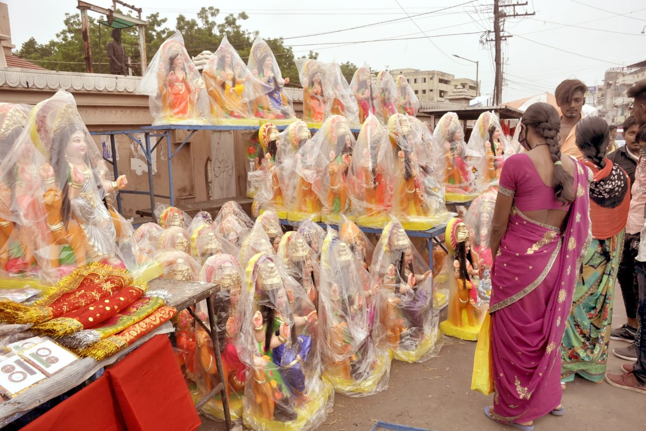 નડિયાદ સહિત સમગ્ર જિલ્લામાં આવતીકાલથી શ્રદ્ધાભેર દશામાના વ્રતની ઉજવણી, મૂર્તિ અને પુજાપો લેવા બજારોમાં ભક્તોનો ઘસારો નડિયાદ,Nadiad - Divya Bhaskar