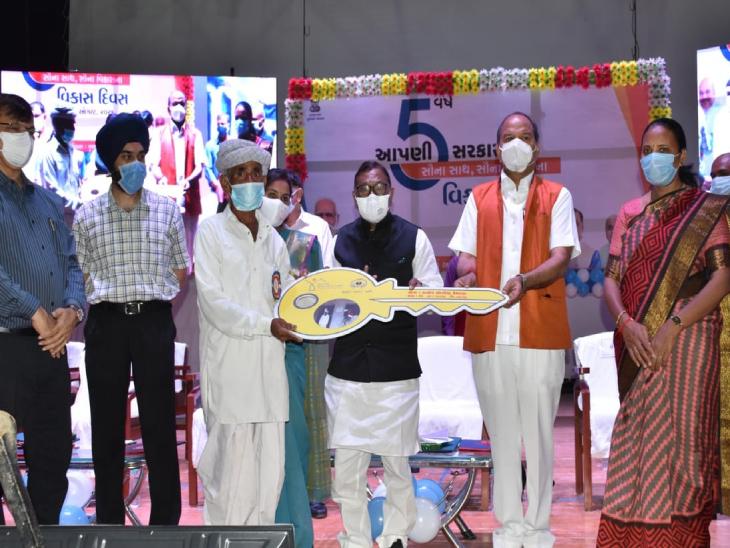 ઉત્તર ગુજરાત યુનિવર્સિટી પાટણના કન્વેન્શન હોલ ખાતે જિલ્લાના વિવિધ વિકાસકાર્યોના લોકાર્પણનો સમારોહ યોજાયો|પાટણ,Patan - Divya Bhaskar