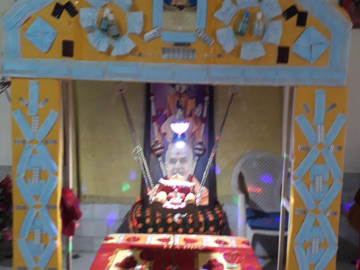 વહેલાલના BAPS સ્વામિનારાયણ મંદિરમાં માસ્ક,સેનેટાઇઝરના હિંડોળા|દસ્ક્રોઈ,Daskroi - Divya Bhaskar