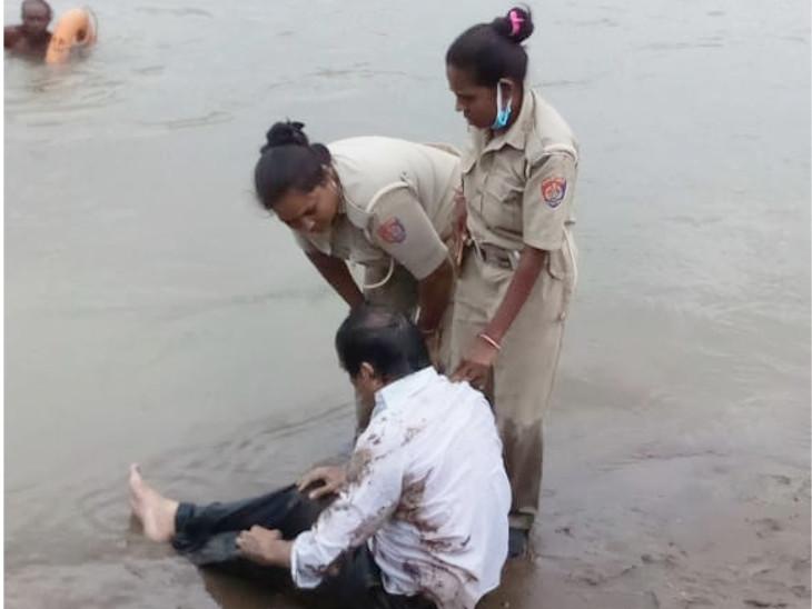 નદી કાંઠે ફરજ બજાવતી મહિલા સુરક્ષા જવાનોએ આધેડનો બચાવ કર્યો હતો. - Divya Bhaskar